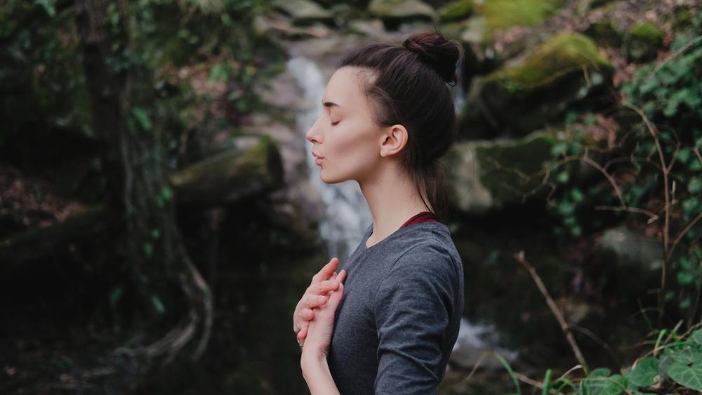 呼吸している女性
