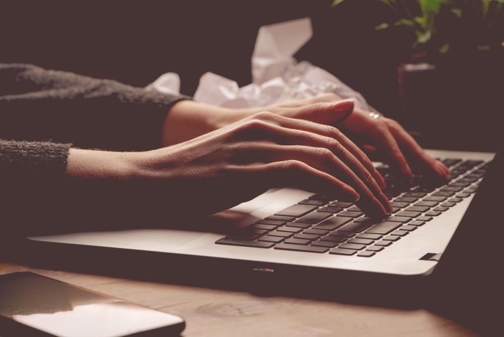 夜にパソコンする人